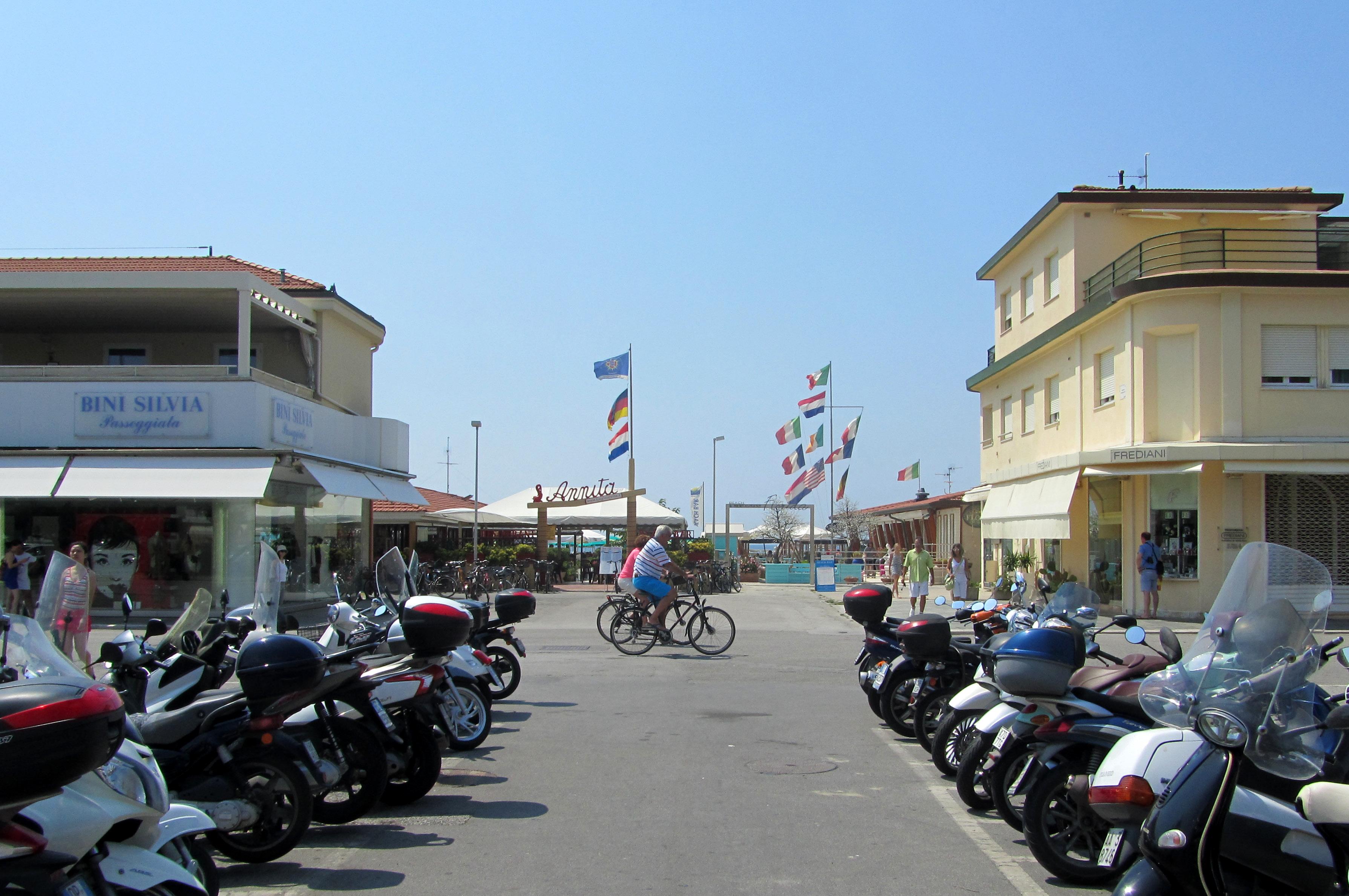 A walk along the promenade frames of reference - Bagno maurizio viareggio ...